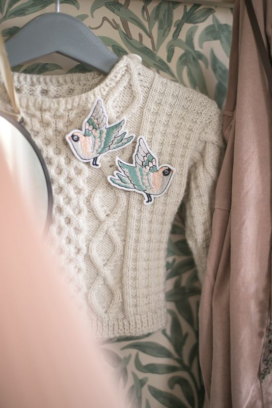 Kaunis Mrs Mighetto kuvapaikka -setti vaatteisiin. Ehosta tai korjaa rikkinäisiä vaatteita kauniilla kuvilla. Paikat saat silitettyä nopeasti paikoilleen.