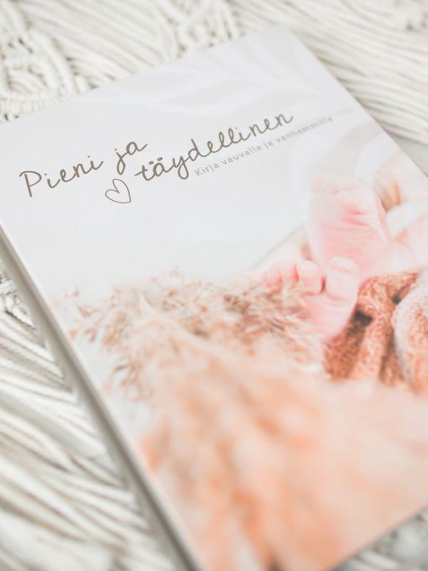 Kaunis Pieni & Täydellinen vaaleansävyinen vauvakirja. Vauvakirja, joka suunniteltu helpoksi täyttää aina lapsen kouluikään saakka. Vaaleansävyiseen Pieni & Täydellinen - vauvakirjaan voit tallentaa rakkaat muistosi odotus- ja vauva-ajasta aina lapsen kouluikään saakka. Vaaleansävyinen vauvakirja sopii yhtä hyvin tytölle kuin pojalle kuvien ja värisävyjen puolesta. Kirja suunniteltu sopivaksi tekstien puolesta kaikkiin perhemuotoihin, myös sateenkaariperheille.Ihana lahjaidea Baby Showereihin, kastelahjaksi tai tuoreelle vauvaperheelle!