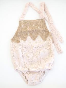 Pitsibody vauvalle, jossa kaunis avoin selkä. Bodyn sisäosa pehmeää 100% puuvillaa, jolloin body on hyvin miellyttävä ja hengittävää käytettäväksi.