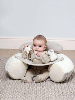 Vaaleasävyinen vauvan Mamas & Papas puuhakeskus, joka tukee vauvaa selästä ja estää taaksepäin kaatumisen. Puuhakeskuksessa on vauvalle pidemmäksikin aikaa ihmeteltävää, jolloin äiti voi tehdä paremmin kotitöitä.