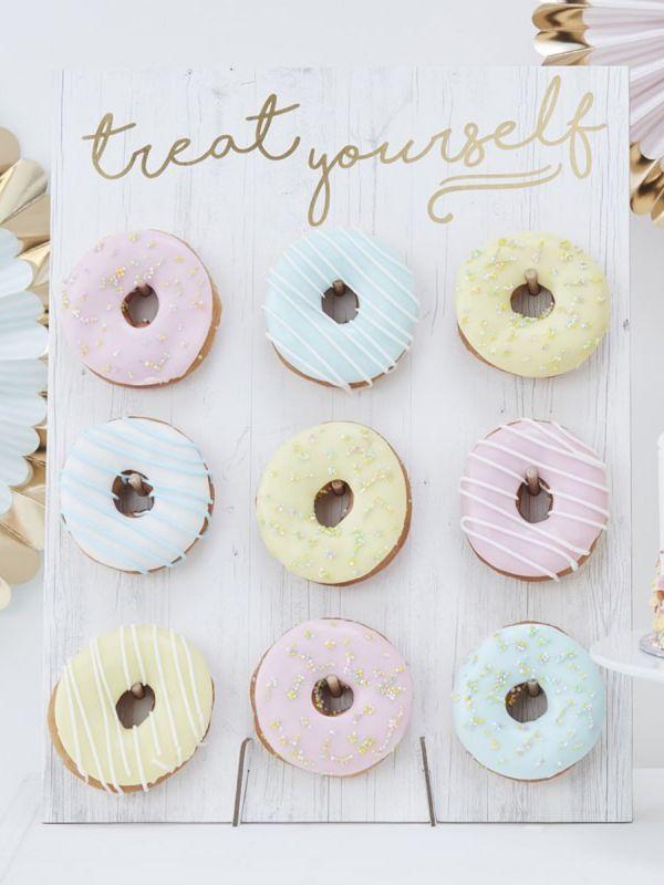 Ginger Ray Treat Yourself donitsiseinä on upea rekvisiitta juhliin! Täydellinen kakun korvikkeeksi.