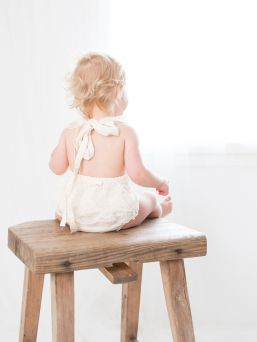 Body lapselle, jossa kaunis avoin selkä ja pitsiolkaimet. Bodyn sisäosa pehmeää 100% puuvillaa, jolloin body on hyvin miellyttävä ja hengittävää käytettäväksi.