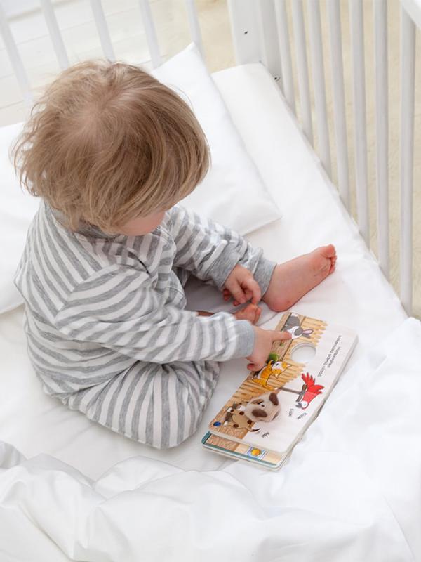 Peitto- ja tyynysetti. Jokaiselle pienelle nukkujalle. Lämmin peitto, jonka päällinen on puuvillasatiinia ja täyte pehmeää ja helppohoitoista polyesteriä.