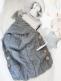 Pehmeä ja ihana palmikkoneulos unipussi pitää vauvan lämpöisenä kehdossa kuin vaunuissakin, sekä on mitä ihanin valokuvarekvisiitta.  Neulepussi soveltuu vastasyntyneestä aina 3kk ikäiseen asti. Neulepussin sivuilla neljä kaunista puunappia upeana yksityiskohtana.