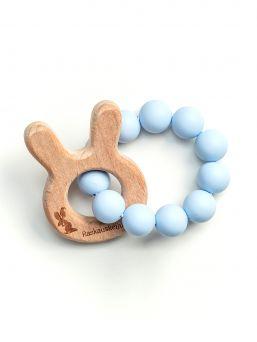 Suloinen ja turvallinen Raskauskeijun pupunkorva purulelu aktivoi vauvan aisteja ja sen pureskelu helpottaa hampaiden tulosta johtuvaa ien kutinaa.