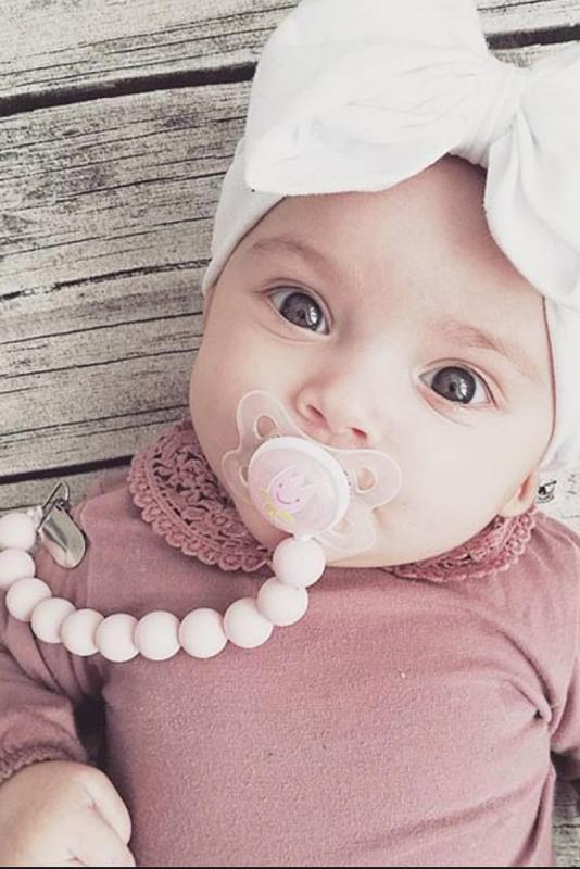 Raskauskeijun tuttinauha pitää tutin vauvan lähelllä. Tuttinauha estää tutin tippumisen, jolloin tutti monesi likaantuu tai katoaa. Tuttinauha on valmistettu BPA vapaista elintarvikesilikoni-helmistä ja tuttirenkaasta, joita lapsi voi turvallisesti imeskellä ja pureskella. Tuttinauha on helppo pitää puhtaana, voit pestä sen saippuavedellä. Tuttinauhassa on metalliklipsi kiinnitys.