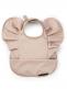 Elodie Detailsin Powder Pink -ruokalappu kauniilla printtikuviolla. Olkapäissä on siivet, joten ruokailu sujuu lennokkaasti tai ainakin hauskemmin. Ruokalappu on helppo puhdistaa ruokailun jälkeen pyyhkimällä tai huuhtelemalla. Ruokalappu on sekä miellyttävä että käytännöllinen.
