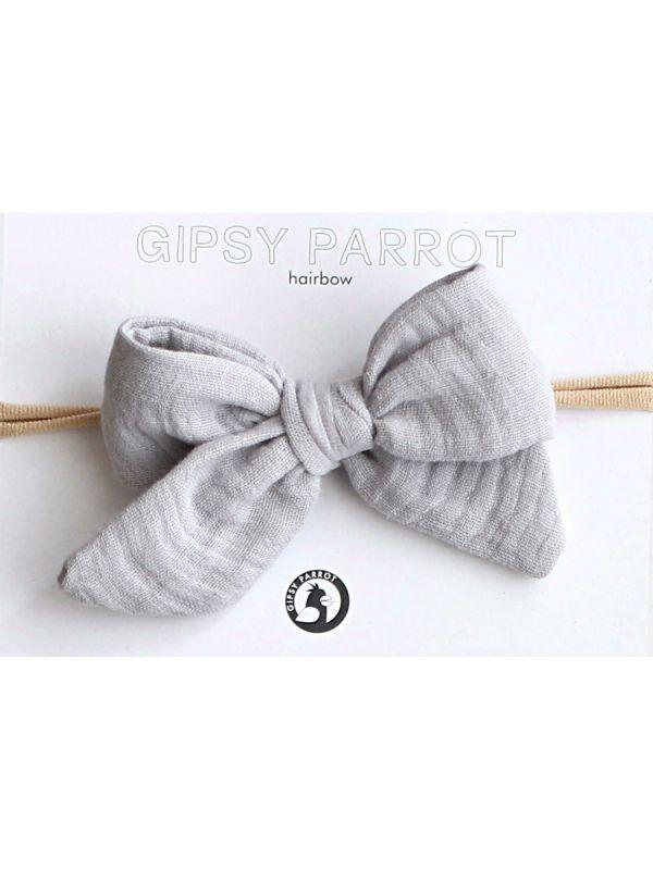 Kaunis ja suloinen Gipsy parrot -merkin Muslin collection rusettipanta vauvalle. Kaikki rusettpannat ommellaan käsin. Kankaat ovat pehmeitä eikä nauha kiristä eikä purista vauvan päätä.