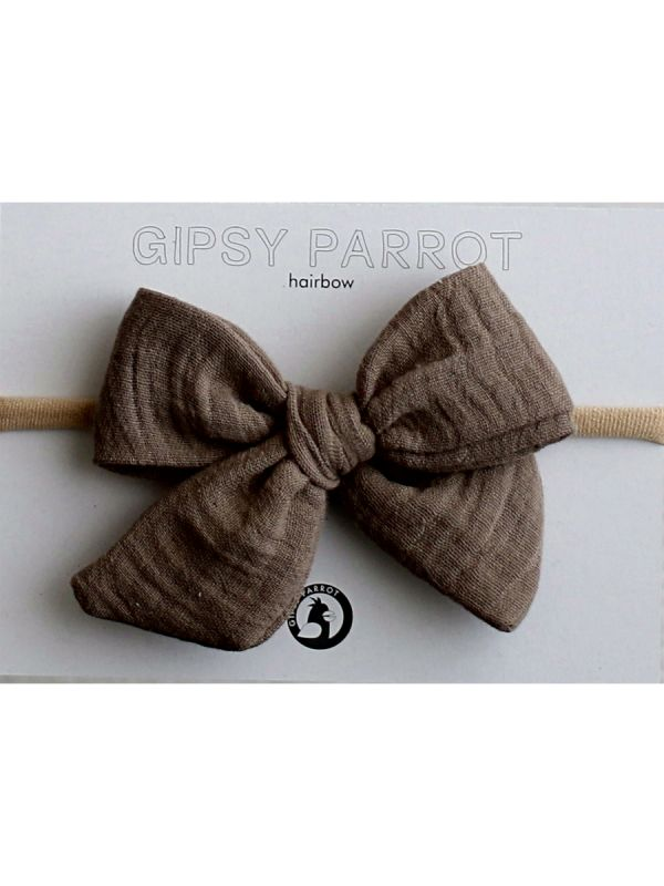 Kaunis ja suloinen Gipsyparrot -merkin Muslin collection rusettipanta vauvalle. Kaikki rusettpannat ommellaan käsin. Kankaat ovat pehmeitä eikä nauha kiristä eikä purista vauvan päätä.