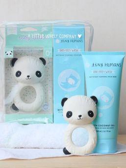 A Little Lovely Company lahjapakkaus poikavauvalle. Lahjat on pakattu lahjapakkaukseen ja lahjapaketti tarjoaa täydellisen lahjan babyshowereille, uusille vanhemmille annettavaksi tai vaikka kastejuhliin.