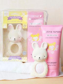 A Little Lovely Company lahjapakkaus tyttövauvalle. Lahjat on pakattu lahjapakkaukseen ja lahjapaketti tarjoaa täydellisen lahjan babyshowereille, uusille vanhemmille annettavaksi tai vaikka kastejuhliin.