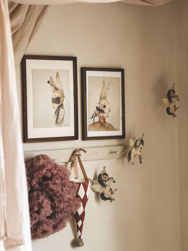 Suloinen Mrs Mighetto FLYING PONIES paperiköynnös lastenhuoneen sisustukseen. Köynnös on näyttävä seinälle, ikkunaan tai kattoon ripustettuna.