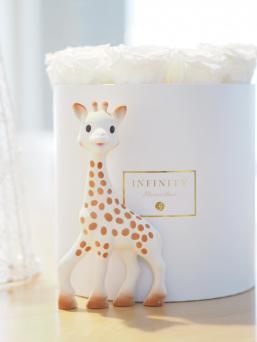 Sophie The Girafe valmistetaan edelleen käsityönä Ranskan Rumillyssä luonnonkumista ja se maalataan käsin elintarvikepohjaisilla maaleilla. Siinä ei siis ole ftalaatteja, bisfenoli-A:ta tai muita haitallisia kemikaaleja. Sophie on siis todellinen luomulelu. Vinkaisee iloisesti puristettaessa, sen pitkät jalat lievittävät hampaiden puhkeamisen aiheuttamaa ienkutinaa ja se tuntuu niin pehmeältä.