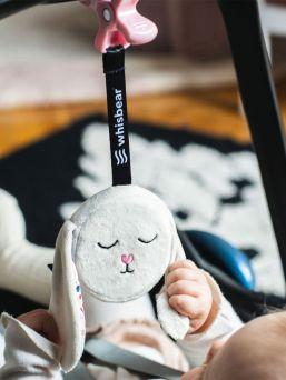 Matkalle mukaan rauhoittava kohina laite. Whisbear suhisevan pupun saat roikkumaan kätevällä kiinnittimellä vaunuihin, turvaistuimeen kuin pinnasänkyynkin. Kohina kaveri takaa hyvän ja miellyttävän tunteen vauvalle jokaisen matkan aikana. Pinkki kohina rauhoittaa ja luo kohtumaisen äänimaailman vauvallesi.