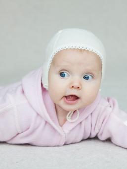 Superpehmeä merinovillainen LANAcare vauvan pipo. Pipossa kaksikerrosta perhmeää merinovillaa, vauvan pää pysyy aina lämpöisenä ja oikeassa lämpötilassa.
