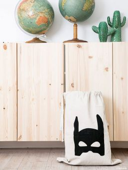 Kangaspussi, josta tulee helposti lastenhuoneen silmäterä. Pussit ovat tämänhetken IN tuote lastenhuoneen sisustuksessa. Löydät upeita lastenhuoneita Instagramista, joissa on käytetty Tellkiddo kangaspusseja.