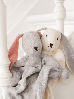 Lapselle unipupu, jonka pää on täytetty lampaanvillalla. Villa imee ympäriltä tuttuja tuoksuja itseensä ja unipupu tuoksuu aina turvallisesti kodille ja vanhemmille.