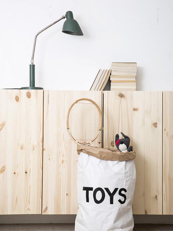 Upea Tellkiddo lelupussi, joka on valmistettu kierrätetystä paperista, valkoisesta ja ruskeasta. Paperipussi on kestävä ja uudelleenkäytettävä. Kun avaat paperipussin ja muotoilet sen haluamaksesi, paperipussista tulee täydellinen sisustuselementti lastenhuoneeseen.