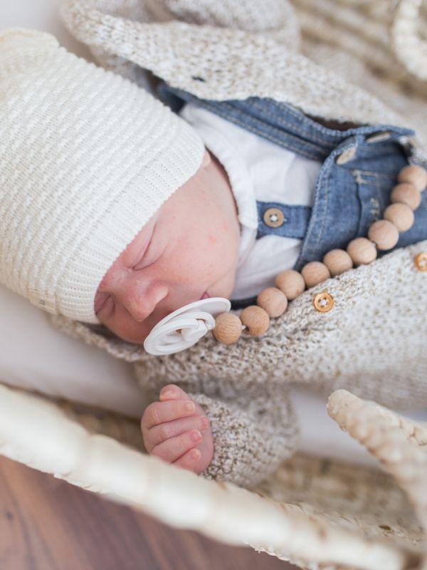 Trendikäs ja turvallinen Raskauskeijun puinen tuttinauha pitää tutin vauvan lähelllä. Tuttinauha estää tutin tippumisen, jolloin tutti monesi likaantuu tai katoaa. Tuttinauha on valmistettu puuhelmistä ja BPA-vapaasta silikonisesta tuttirenkaasta, joita lapsi voi turvallisesti imeskellä ja pureskella.