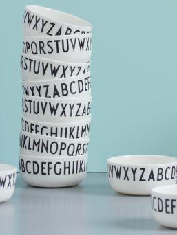 Design Lettersin lastenmalliston melamiinikulho on kestävä ja kevyt. Kulhoa koristavat Arne Jacobsenin suunnittelemat ajattomat ja modernit kirjaimet. Kulhon halkaisija 11 cm.