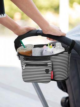 Toimiva ja näppärä lastenvaunuihin kiinnitettävä Skip Hop organiser säilytyslaukku. Tässä laukussa pysyvät tärkeät tavarat hyvässä järjestyksessä ja ovat käden ulottuvilla. Helppo kiinnitys. Sopii kaikkiin vaunumalleihin.