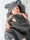 Pehmeä Luin Living vauvapyyhe joka tuo vivahduksen kylpyläluksusta kodin pesutilaan. Pyyhkeen hupussa suloiset nallenkorvat. Juuri niin pehmeä ja ihana kuin luvataan!