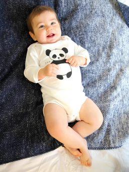 Pehmeä ja mukavantuntuinen Kurtis Baby Peace vauvan pitkähihainen body Panda kuviolla.